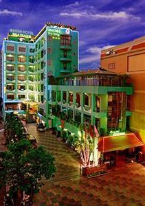 Отель tri giao расположен через дорогу от пляжа в нячанге в провинции кханьхоа, в 1,9 км от мыса хон