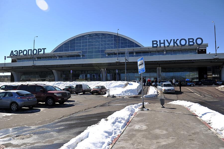 Во Внуково самолет выкатился