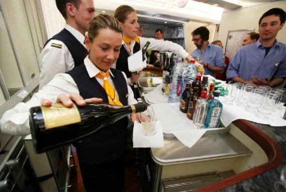Пилот поздравил выпивших все спиртное наборту лайнера пассажиров