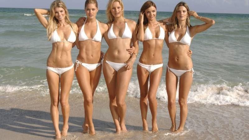 Девушки бикини и на пляже