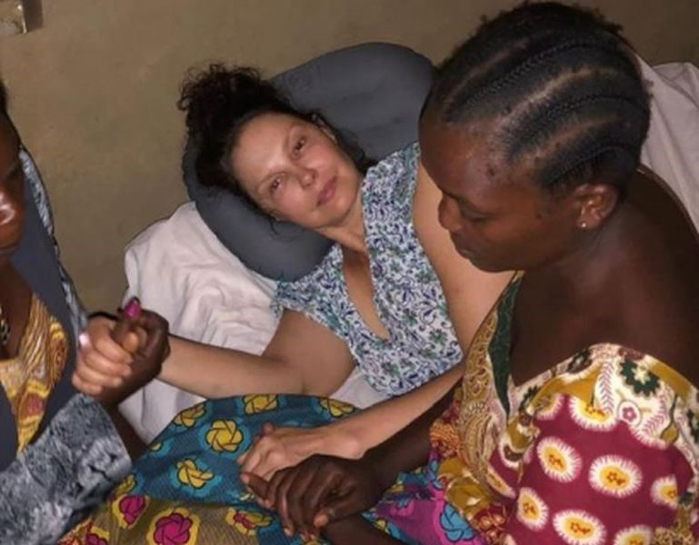 Эшли Джадд сломала ногу в путешествии по Африке