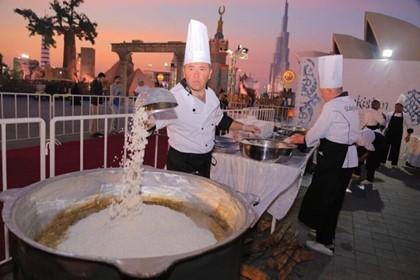 Узбекские повара приготовили плов на 10 тысяч человек в Абу-Даби