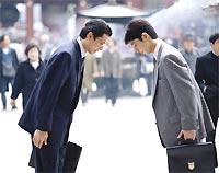 В традициях японских деловых людей - внимательно выслушать точку зрения собеседниа до конца, не перебивая его и не делая никаких замечаний